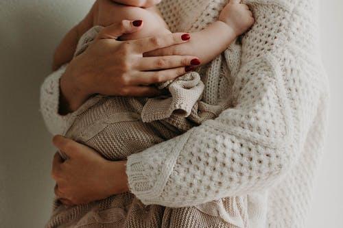 dítě na rukou