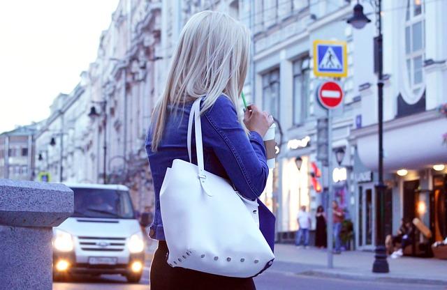 blondýna s bílou kabelkou