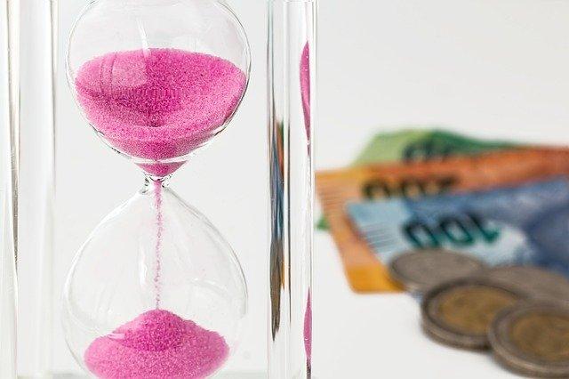 přesýpací hodiny a peníze