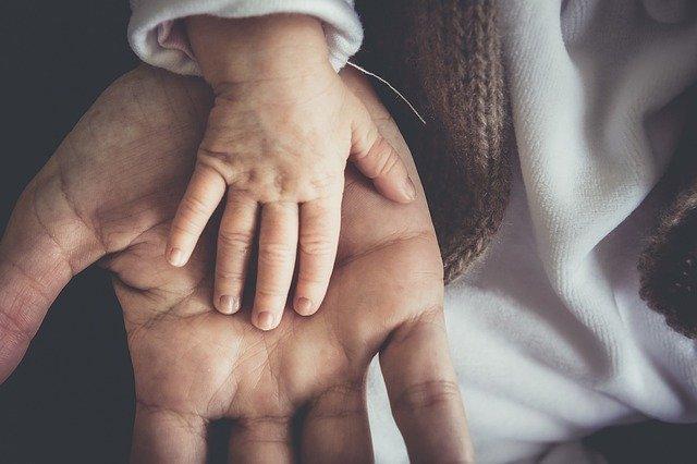ruka dítěte a dospělého