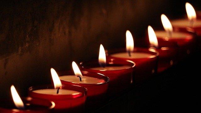 řada zapálených svíček